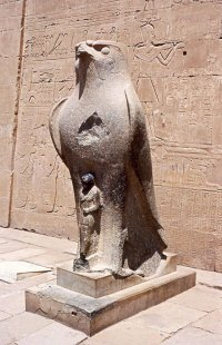 (Horus à l'entrée du temple d'Edfou - Photo 2000)